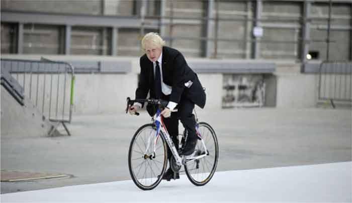 にインフラ整備に取り組む英ジョンソン首相
